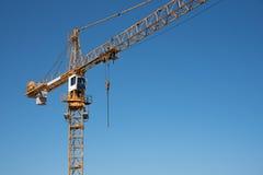 在一个建造场所的一台黄色起重机有蓝天的 免版税库存照片