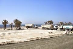 在一个建造场所的翻斗车沿在迪拜和沙扎之间的路 库存图片