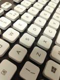 在一个黑键盘的白色钥匙 免版税库存照片