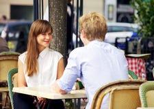 在一个巴黎人咖啡馆的约会夫妇 图库摄影