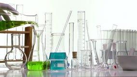 在一个Erlenmyer烧瓶的倾吐的绿色液体使用漏斗 股票录像