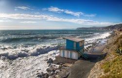 在一个mediterranen海滩的酒吧与风大浪急的海面在一个晴天,意大利 免版税库存图片