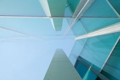 在一个moder大厦的反射与玻璃窗 免版税库存图片