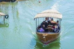 在一个Skadar湖的划船在一个晴朗的春日 免版税库存照片