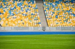 在一个soccerl体育场的空的椅子在足球比赛前 免版税库存图片
