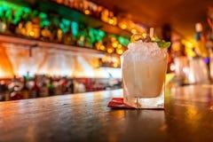 在一个Tiki酒吧的一个鸡尾酒在巴黎,法国 库存照片