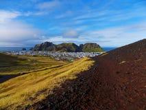 在一个vestmannaeyjar城市的看法 免版税图库摄影