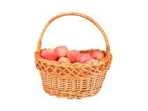 在一个wattled篮子的红色苹果 库存照片
