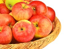 在一个wattled篮子的红色苹果 免版税库存图片
