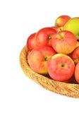 在一个wattled篮子的红色苹果 免版税库存照片