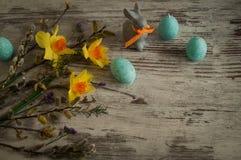 在一个whigt背景和蓝色蜡烛的一点复活节兔子以复活节彩蛋的形式 免版税图库摄影