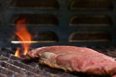 在一串火焰状烤肉的牛排 免版税库存图片
