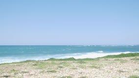 在一串足迹的幼小适合的赛跑者沿穿黑体育服装的海滩 股票视频