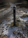 在一串足迹的西部高地方式标志在格伦克,苏格兰 免版税图库摄影