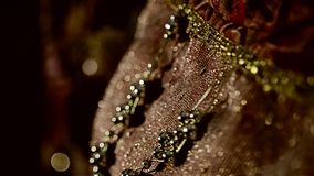 在一件时髦的礼服的美丽的珠宝 首饰特写镜头  美好的时髦的事 股票录像