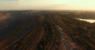 在一件深猎物附近的铁路 摄制从在运作的猎物附近的空气 影视素材