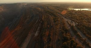 在一件深猎物附近的铁路 摄制从在运作的猎物附近的空气 股票视频