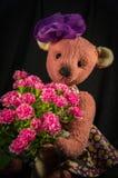 在一件礼服的玩偶熊有花束的 库存照片