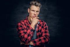 在一件红色衬衣的周道的年轻男性 免版税库存照片