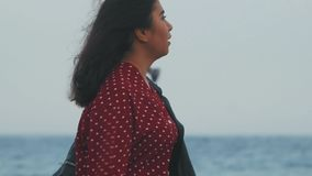 在一件黑夹克的亚洲女孩特写镜头由海去 影视素材