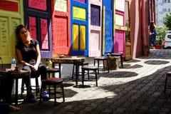 在一份街道咖啡的五颜六色的门在Turikey 免版税库存图片
