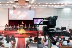 在一位报告人的一个录影机焦点在阶段 库存照片