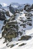 在一位辅导员的监督下学生冬天登山路线的在mo学会如何安全地走在冬天 库存图片