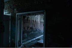 在一倒塌的修造的冰柱 免版税库存图片