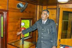 在一列火车的列车长从努沃勒埃利耶向科伦坡,斯里兰卡 库存照片