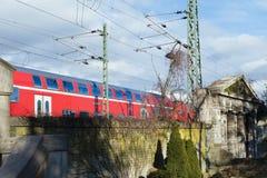 在一列现代火车前面的历史的墓地墙壁 库存照片