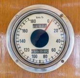 在一列老火车的车速表 库存照片