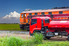 在一列通过的火车的卡车火 库存图片