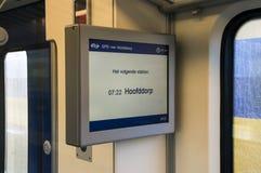在一列NS火车里面的信息屏幕在霍夫多普荷兰 免版税库存照片