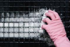 在一副桃红色手套的一只手 库存照片