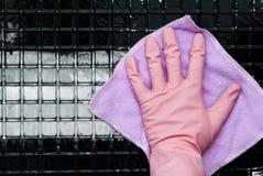 在一副桃红色手套的手 库存图片
