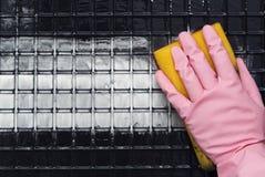 在一副桃红色手套的手 免版税库存照片