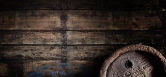 在一副老木墙壁横幅的老橡木啤酒桶 免版税库存图片