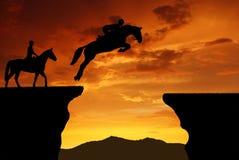 在一匹跳的马的车手 免版税图库摄影
