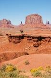 在一匹马的一个印地安人在一个红色岩石,美国前面 免版税库存图片