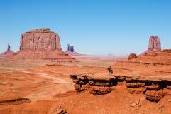 在一匹马的一个印地安人在一个红色岩石,美国前面 库存照片