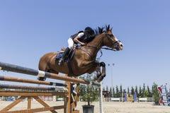 在一匹马的未知的车手在竞争时匹配乘坐在周围 库存图片