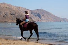 在一匹马的未认出的车手在海滩 免版税库存照片
