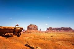 在一匹马的车手在砂岩山顶部 免版税库存照片