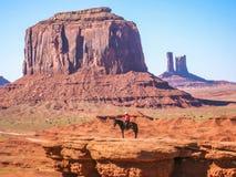 在一匹马的那瓦伙族人印地安人在纪念碑谷 免版税库存图片