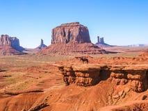 在一匹马的那瓦伙族人印地安人在纪念碑谷 免版税图库摄影