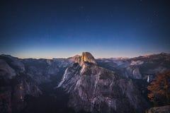 在一半圆顶上的繁星之夜在优胜美地国家公园, Californ 库存照片