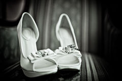 在一双白色鞋子的婚戒 库存照片
