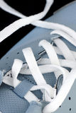 在一双跑鞋的鞋带 免版税库存照片
