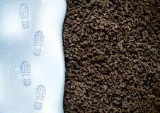 在一双靴子的白色冬天雪的清楚的深刻的脚印 在雪的轨道 顶上的视图 土壤纹理的图象 免版税库存照片