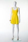 在一双黄色夏天礼服和米黄鞋子的时装模特有脚跟的 库存照片